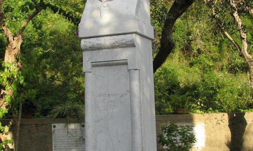 Busto G. Carducci nel giardino.