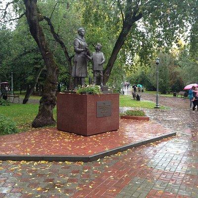 Памятник женщине и подростку, ковавшим победу в тылу
