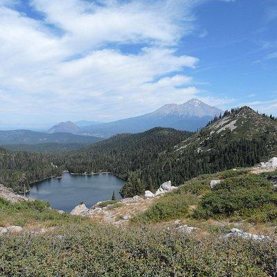 VUe depuis Hearth lake sur Castle lake et le MOnt Shasta