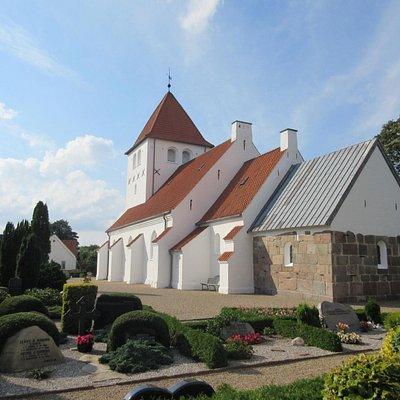 Hejnsvig Kirke i september-sol