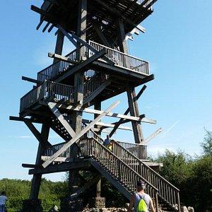 Halfweg het pad een uitkijktoren.