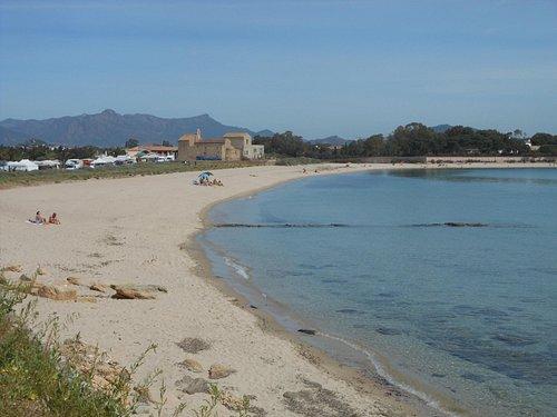 Nora, la spiaggia e la chiesetta di Sant'Efisio