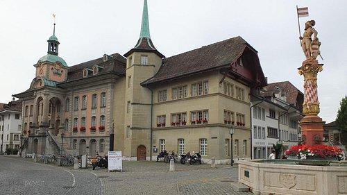 Ganz in der Nähe, das Zofinger Rathaus mit dem Niklaus Thut Brunnen