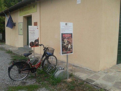 ingresso museo con comodo posto per le biciclette