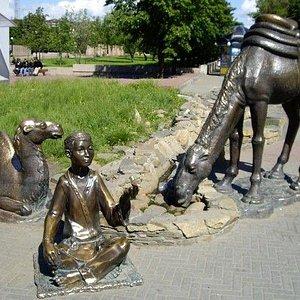 Мальчик с верблюдами на Кировке