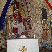 Il mosaico adiacente alla cappella della Madoninna venerata: particolare La deposizione