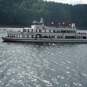 questa e una delle due navi che ti fanno vistare il lago