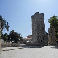 la torre vista dalla piazzetta sottostante