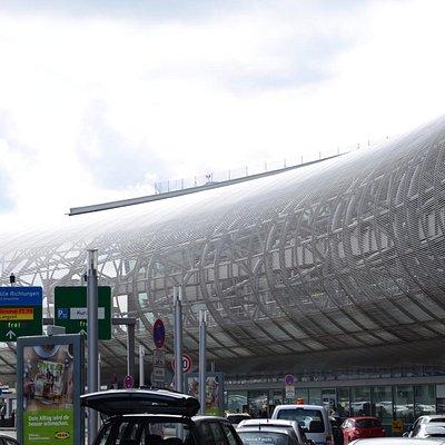 Stacja kolejki Sky Train przy terminalu lotniska