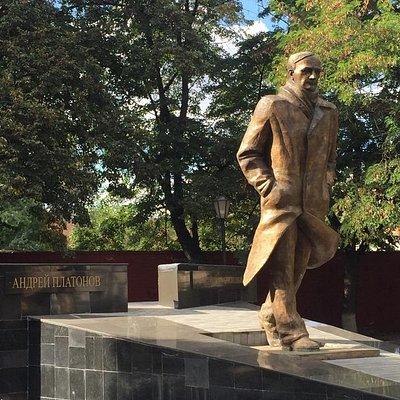 Памятник А. Платонову