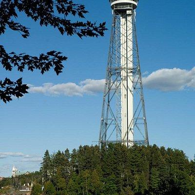 La fameuse tour d'observation, marque de commerce de la Cité de l'énergie
