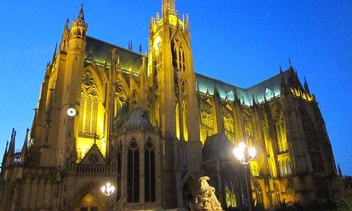 собор с подсветкой поздним вечером