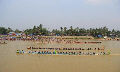 Panjang Jalur (perahu 37m di awaki 54-63 org anak dayung dibuat dari Kayu Log