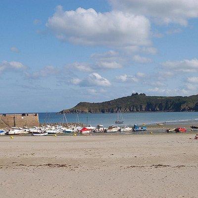 Prachtig zandstrand met een klein rustig haventje met wat horeca. Heerlijk om over het strand te