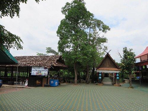 池への橋と売店