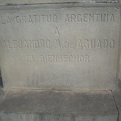 base del monumento con inscripción