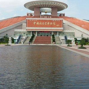 天圓地方建築體…入大廳即見蔡國強大師作品…《同文·同種·同根生》