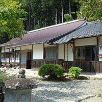 本堂。とても寺院とは思えない「普通の民家」のような建物でした。