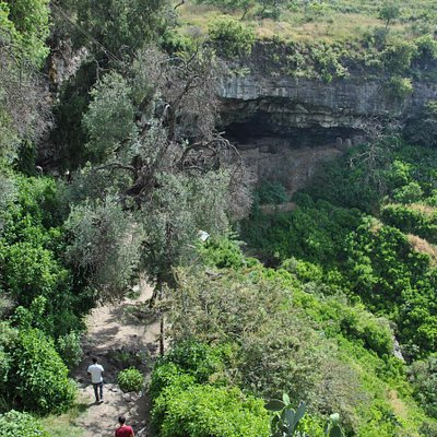 Path from the road to the cave monastery