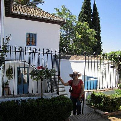 Mi esposa saliendo de la Casa-Museo Manuel de Falla.