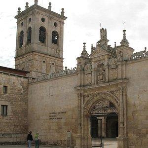 Entrada al Hospital del Rey en Burgos.