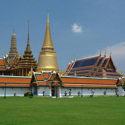 Bangkok. Wat Phra Keo, le Grand Chédi Phra Siratana, le Mondop, le Temple du Bouddha d'Emeraude.