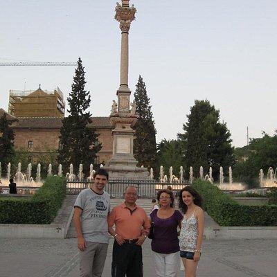 Con mi esposa y dos amigos delante del monumento a la Virgen del Triunfo.