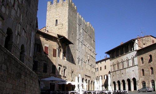 Piazza Garibaldi, al centro il Palazzo Comunale