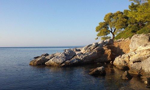 скалы недалеко от пляжа