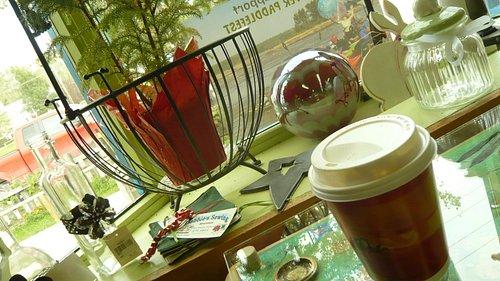 装飾の愉しいテーブルでコーヒータイム
