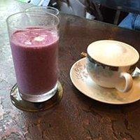 レスキュージュースベリーベリー(左)とミルクティー