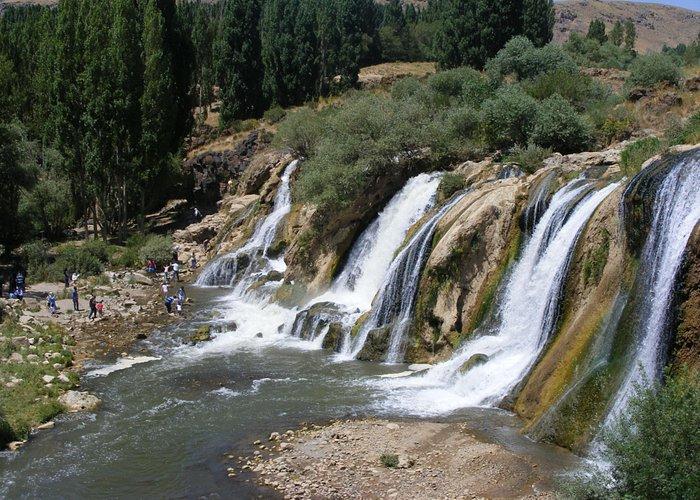Widok ogólny na wodospady Muradiye