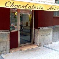 Fachada de la chocolatería por la calle Pedrueca
