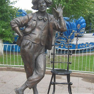 Олег Попов и стул для гостей