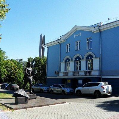 Памятник у здания С.Н. Шванвича