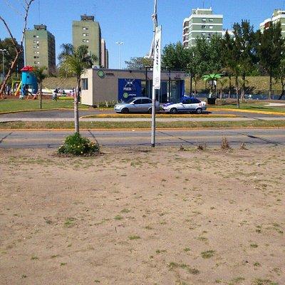 Vista de la Plaza desde Área X. Se puede apreciar el puesto policial y el nuevo edificio educati