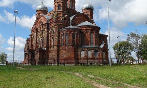 Казанский соб. в 2 км от центра на месте бывш. мон-ря. Освящ.1918г. Огромный храм почти в чист.