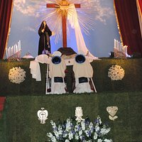 Confratelli del Carmine in adorazione all'altare della Reposizione chiesa del Carmine