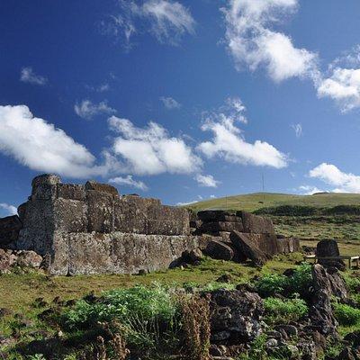 El ahu con su ajusto perfecto de piedras al estilo inca...