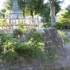 公園にある高山右近像と石垣