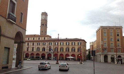 Красные маркизы над арками палаццо Альбертини добавляют ему шарма и выразительности