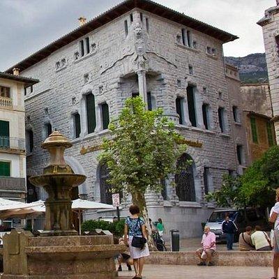 вид на здание с площади