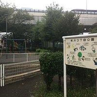 昼なお薄暗い小汚い児童公園