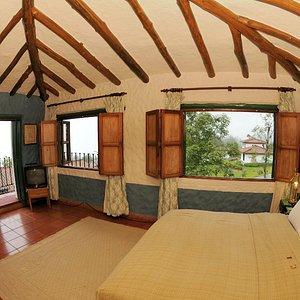 Habitación con cama matrimonial en cabaña