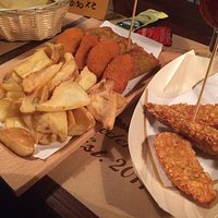 Piatto vegano e crocchette di pollo