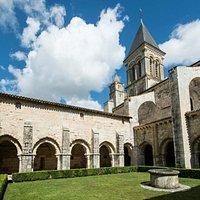 Le cloître et le clocher de l'abbaye de Nieul-sur-l'Autise