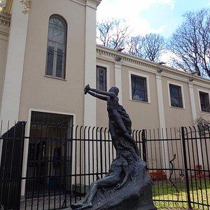 Hermosa Escultura en lugar poco visible de la plaza