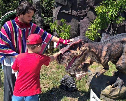Поляна с динозаврами