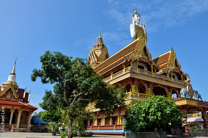 A giant statue of the standing Buddha can be seen on top of the twin roof of the Main Shrine Hal