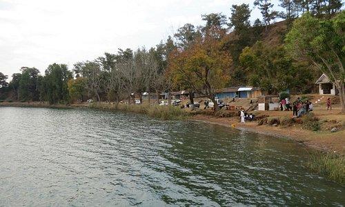 На берегу отдыхают местные